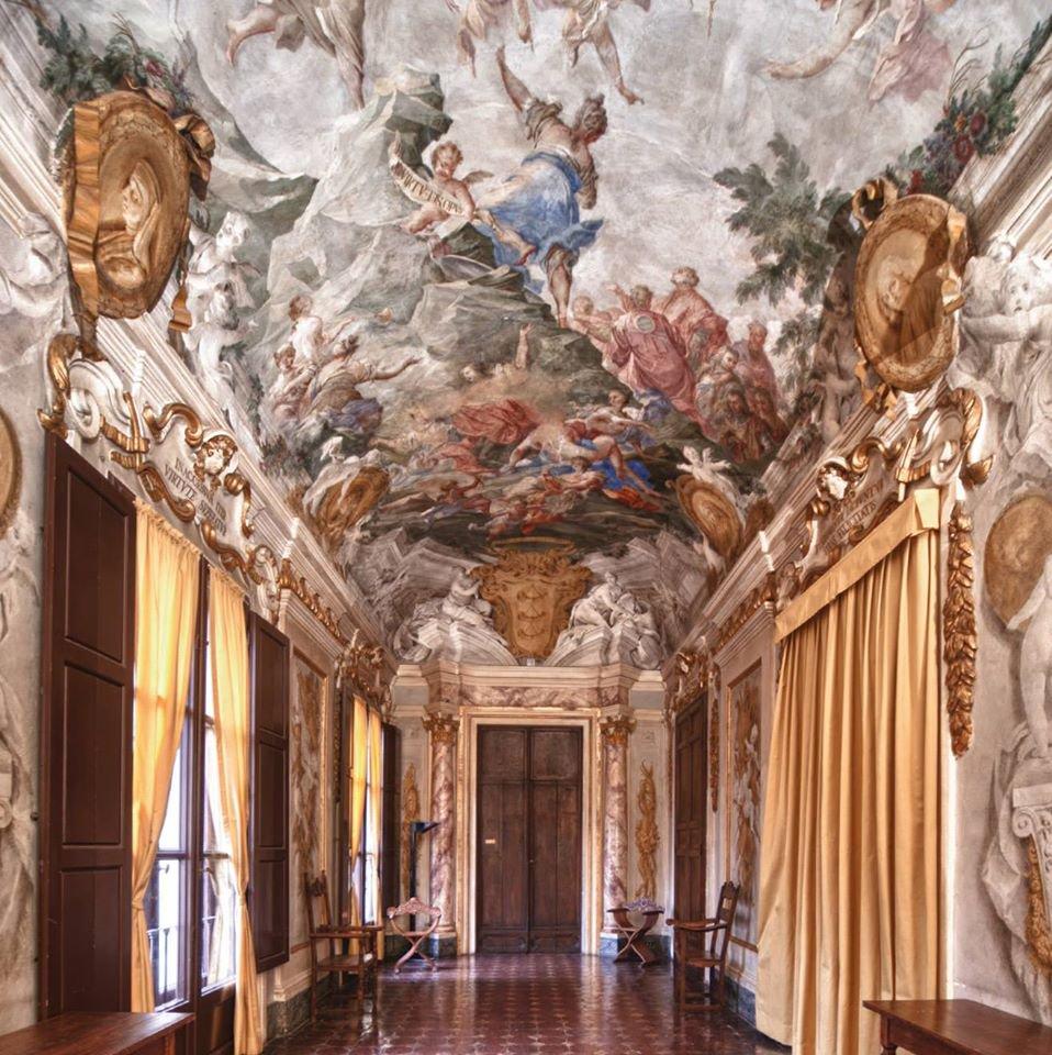 Масоны Флоренции собираются в исторических палаццо украшенных барочными фресками.